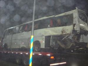 Ônibus foi atingido na parte traseira pelo caminhão (Foto: PRF/Divulgação)