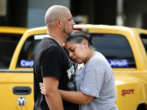 Pessoas lamentam ataque a boate em Orlando (Foto: Joe Burbank/Orlando Sentinel/AP)