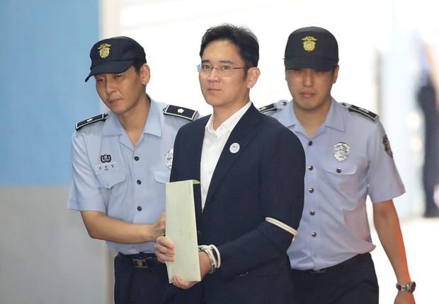 O herdeiro da Samsung Lee Je-yong chega ao tribunal para ouvir o veredito sobre caso de corrupção que envolve o governo da Coreia do Sul (Foto: Chung Sung-Jun/Getty Images)