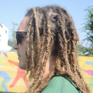 Oswaldo comemora o fato de não precisar pentear o cabelo quando acorda (Foto: GloboEsporte.com)
