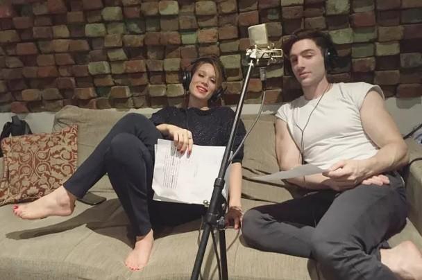 Mariana Ximenes e Yann no estúdio onde gravaram a faixa que será lançada nesta sexta-feira (17) (Foto: Arquivo pessoal)