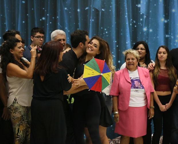Paloma Bernardi se emociona ao encontrar familiares (Foto: Carol Caminha/ Gshow)