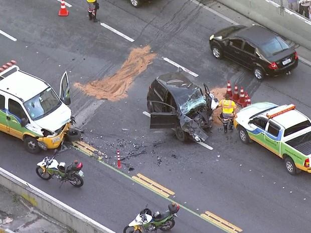 Carro ficou destruído após carro entrar na contramão na reversível e bater de frente com caminhão (Foto: Reprodução / TV Globo)