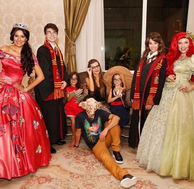 Luciano com as filhas e a mulher (Foto: Reprodução)