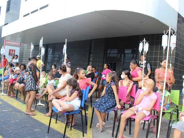Crianças ficaram encantadas com a chegada do Papai Noel  (Foto: Ellyo Teixeira/G1)