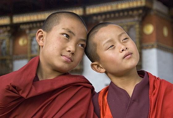 Dois aprendizes de monges em um monastério no Butão (Foto: © Haroldo Castro/ÉPOCA)