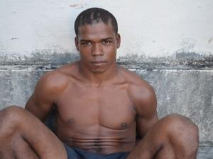 Homem é preso com faca durante manifetação (Foto: Flávio Antunes/G1)