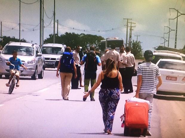 Passageiros conseguiam passar pelo bloqueio a pé até ao meio-dia (Foto: Reprodução/Inter TV Cabugi)
