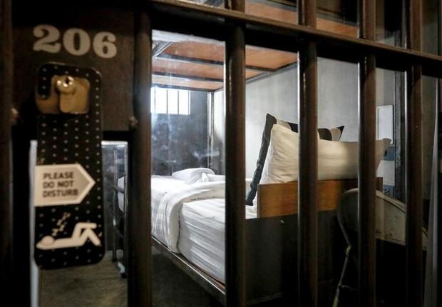 Hotel simula para seus hóspedes o ambiente de um presídio (Foto: EFE)