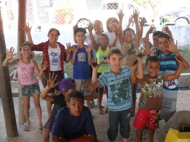 Crianças do bairro durante construção de horta no Javari, em Piracicaba (Foto: Agatha Cristiane/Divulgação)