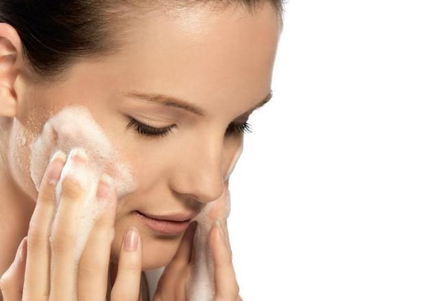 Limpar a pele corretamente faz toda a diferença (Foto: Divulgação)