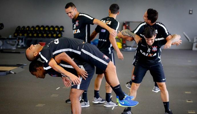 Sorrisos, descontração e tranquilidade marcam retorno do Timão aos treinos