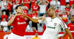 Leandro Eusébio disputa a bola com Bolívar no jogo entre Fluminense e Internacional (Foto: Alexandre Auler / AE)