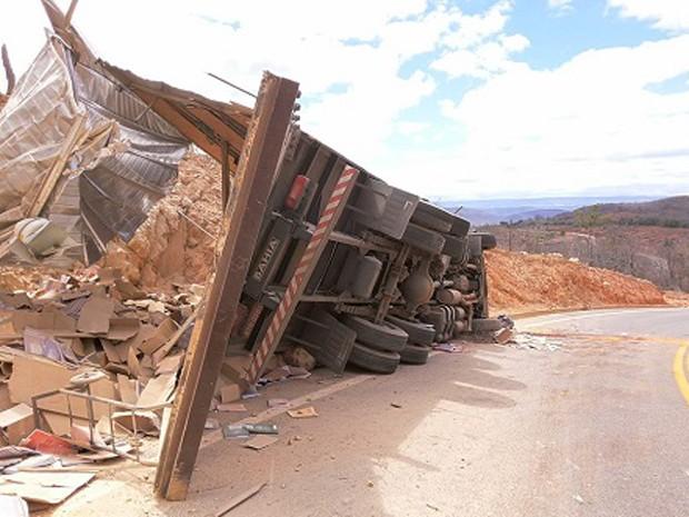 Caminhão com material didático tomba em Rio de Contas (Foto: Ângelo Neves/Brumado Notícias)