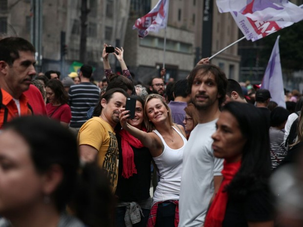 Jovem tira selfie em ato contra o governo Temer na Paulista (Foto: Fabio Tito/G1)