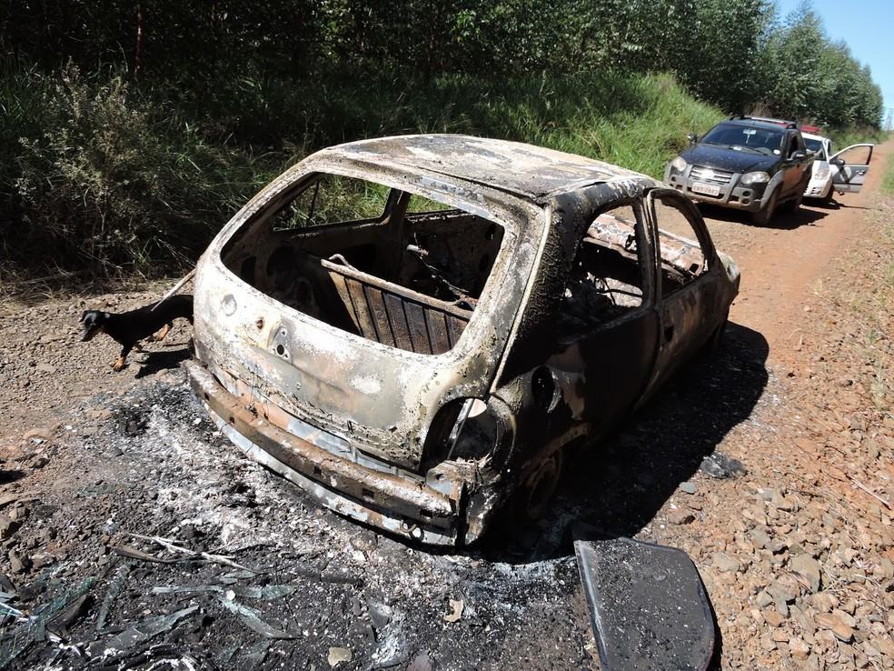 O que restou do veículo, destruído pelo fogo, foi recolhido e levado ao pátio da delegacia da Polícia Civil, que deve investigar o caso (Foto: Voz do Povo Arapoti/Reprodução)