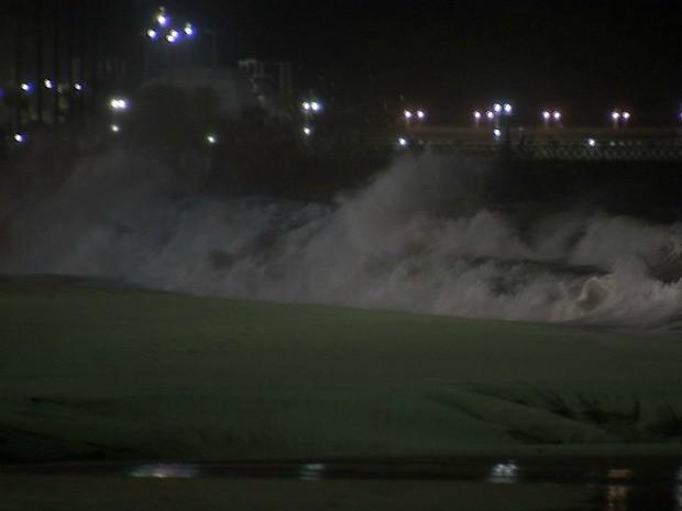 Nesta quinta-feira, maré chega 2,5 metros de altura, diz Funceme (Foto: TV Verdes Mares/Reprodução)