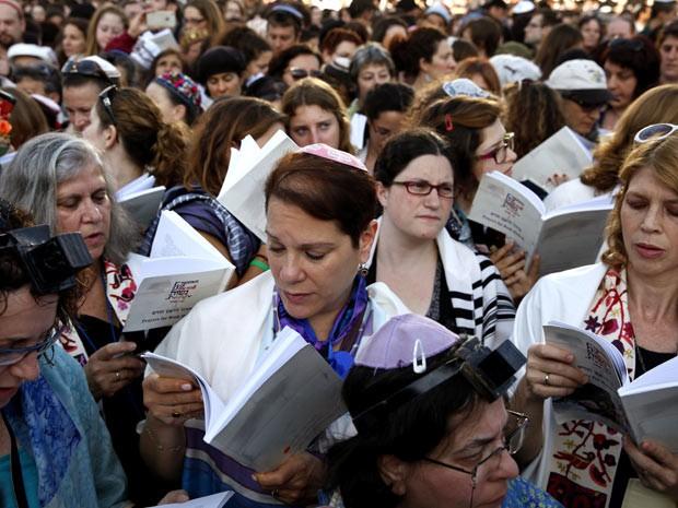 Mulheres oram em frente ao Muro das Lamentações (Foto: AFP)
