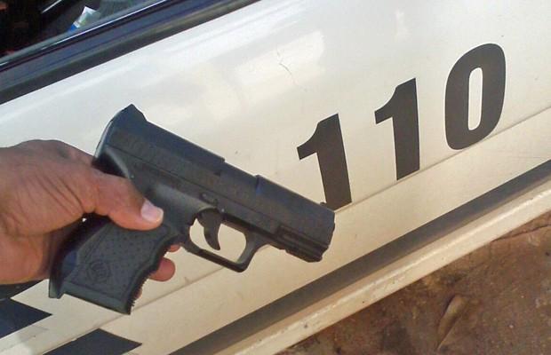 Arma de brinquedo encontrada pela Polícia Militar (Foto: Polícia Militar/Divulgação)