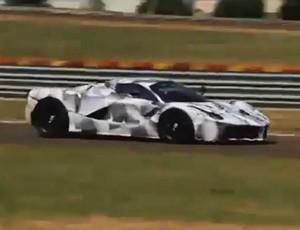 Alonso pilota a LaFerrari na pista de testes da escuderia em Fiorano (Foto: Divulgação)