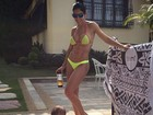 Bella Falconi mostra gominhos no abdômen em foto com a filha