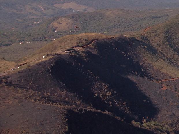 Fogo é controlado no Parque Estadual da Serra do Rola Moça, na Grande BH (Foto: Reprodução/TV Globo)
