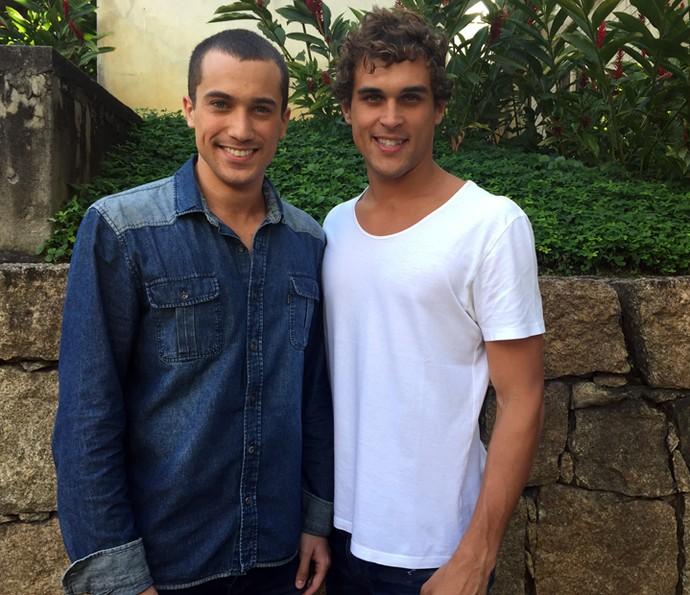 Ricardo Vianna e Felipe Roque, agora fazendo a pose de verdade para a câmera do Gshow (Foto: Guilherme Toscano / Gshow)