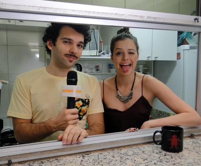 Raphael posa com Agatha Moreira durante a gravação (Foto: Fabio Rosso/ Gshow)