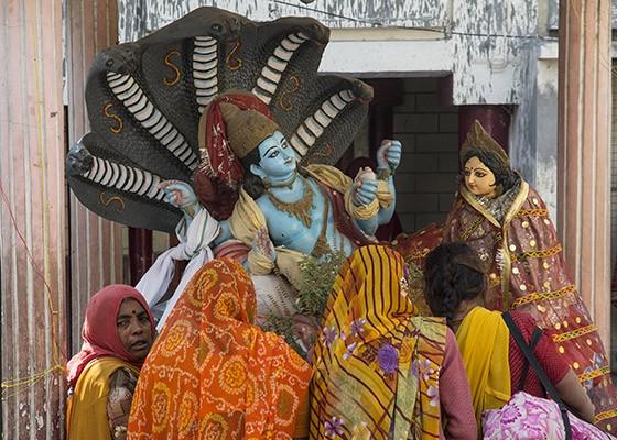Mulheres hinduístas fazem oferendas ao deus Vishnu, protegido por cinco serpentes najas (Foto: © Haroldo Castro/Época)