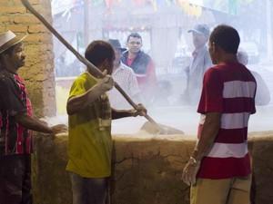 Remígio mostra como produção de farinha é feita, no Caminhos do Frio (Foto: Roberto Reis/Divulgação)
