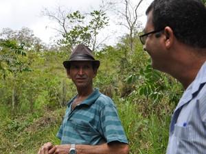 O agricultor Emoildes Talon conversa com o técnico da Emater-Rio, Claudiomar Marques.  (Foto: Flávia Pizelli/Rio Rural)