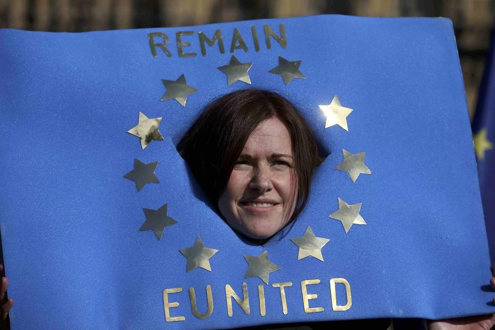 Manifestante pede pela manutenção do Reini Unido na União Europeia (Foto: Paul Hackett/Reuters)