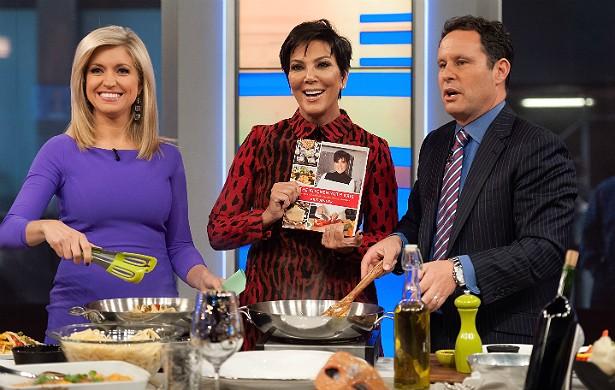 """A empresária e matriarca das Kardashians, Kris Jenner (no centro), revelou os pratos prediletos de sua midiática família no livro recém-lançado 'Kitchen with Kris: A Kollection of the Kardashian-Jenner Family Favorites' (""""Com Kris na Cozinha: Uma Koleção das Favoritas da Família Kardashian-Jenner""""). (Foto: Getty Images)"""