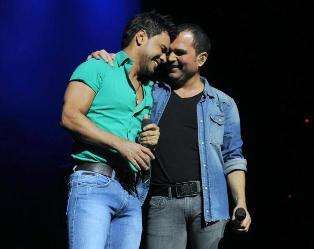 Zezé Di Camargo e Luciano no palco, em São Paulo (Foto: Cláudio Augusto/Photo Rio News)