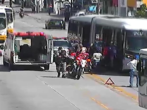 BRT circula na contramão e atropela pedestre na Avenida Conde da Boa Vista, centro do Recife (Foto: Reprodução / CTTU)