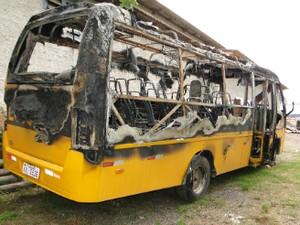 O micro-ônibus incendiado era o que transportava o adolescente até a escola  (Foto: Josiany Ohde/ Prefeitura de Quatro Barras)