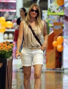 Susana Werner passeia em shopping do Rio (Foto: Marcus Pavão / AgNews)