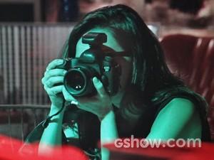 Marina fotografa Flavinha (Foto: Em Família/ TV Globo)