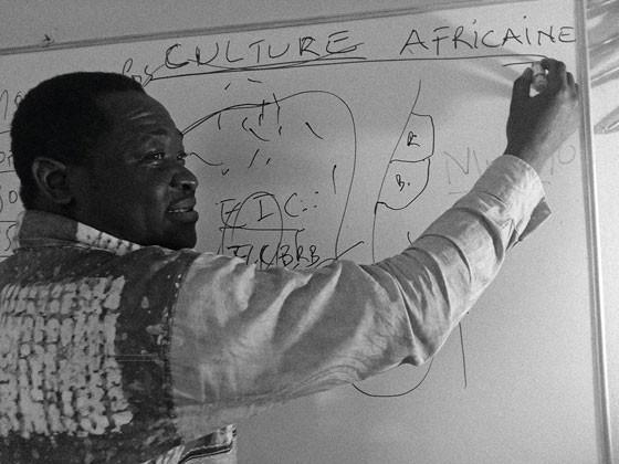 Omana dando aula no Langue Française Et La Culture Africaine Au Bresil (Lfcab), em São Paulo (Foto: Divulgação)