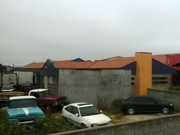 Carros estão estacionados no prédio da creche inacaba em Suzano (Foto: Flávia Caparroz/ VC no G1)