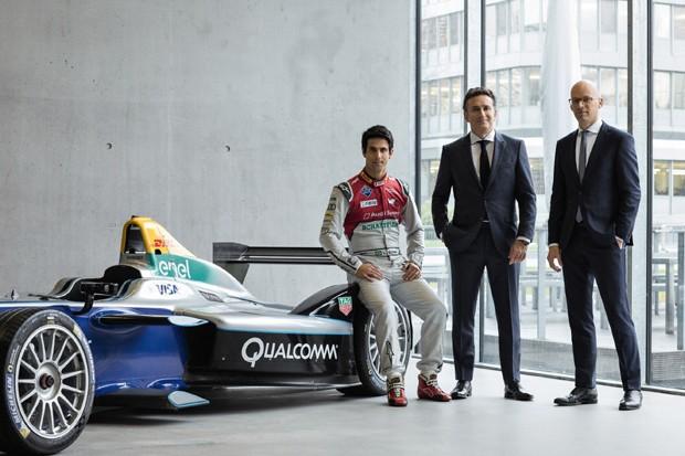 Da esq. para dir.: Lucas di Grassi, campeão mundial da Fórmula E, Alejandro Agag (CEO da Fórmula E) e Mark Langer (CEO da Hugo Boss) (Foto: Divulgação)