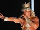Vestido de rei africano, Léo Santana bota Mulher Melancia para sacudir