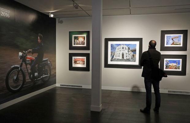 Quadros de Bob Dylan na exposição em Londres na qual o cantor e compositor ganhador do Nobel de literatura em 2016 exibe seu trabalho como pintor prolífico (Foto: Adrian Dennis/AFP)