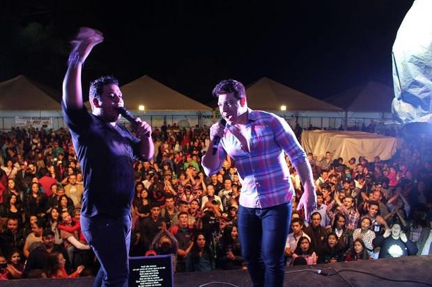 Cézar Lima durante show (Foto: Reprodução / Instagram)
