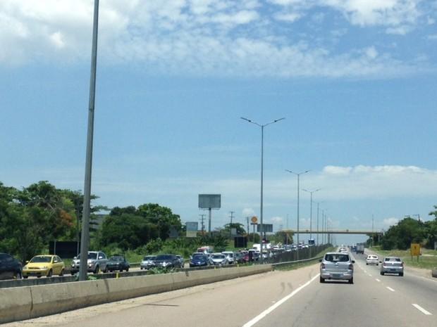 Saída do Rio para Região dos Lagos tem transito lento neste sábado (Foto: Káthia Mello / G1)
