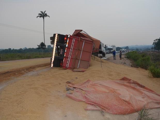 Carga de soja ficou espalhada na BR-364 após acidente (Foto: Jonatas Boni/ G1)