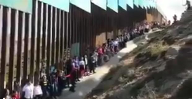 Crianças formam coral na fronteira dos Estados Unidos contra muro  (Foto: Reprodução / Twitter)