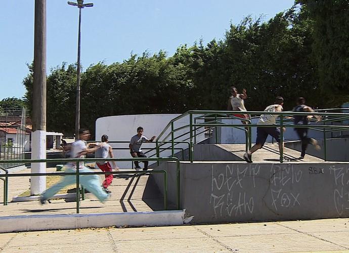 Praticantes do parkour se aventuram numa praça da capital (Foto: Reprodução/TV Sergipe)