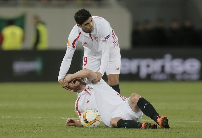 Krohn-Dehli cai com joelho machucado e Banega o ajuda em Shakhtar Donetsk x Sevilla (Foto: AP Photo/Efrem Lukatsky)