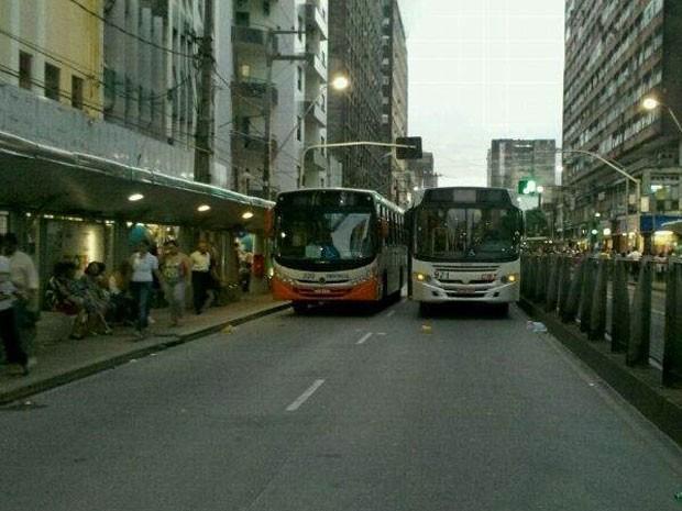 Os manifestantes pararam um ônibus ao lado do outro e murcharam os pneus, fechando a passagem de uma pista da Conde da Boa Vista, próximo ao cruzamento com a Rua da Aurora. Cada ônibus que passava era interceptado - o motorista era convocado a aderir à greve e os passageiros, convidados a descer do veículo. Muita gente reclamou por não receber o dinheiro da passagem de volta. A Polícia Militar foi ao local para tentar dispersar a confusão. (Foto: Gabriela Lisboa/TV Globo)